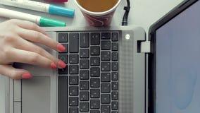Mains femelles travaillant sur l'ordinateur portable sur la conception graphique banque de vidéos