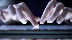 Mains femelles utilisant l'application moderne sur le comprimé, faisant des emplettes en ligne, marchandises de visionnement image stock