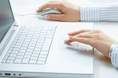 Mains femelles utilisant l'ordinateur portatif Images libres de droits