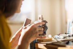 Mains femelles utilisant le papier sablé Image libre de droits