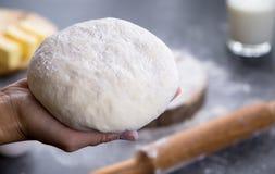 Mains fonctionnant avec du pain, la pizza ou le tarte de recette de préparation de la pâte faisant des ingridients images stock