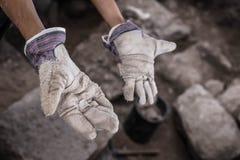 Mains fonctionnantes d'archéologue image stock