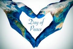 Mains formant un coeur modelé avec une carte du monde (meublée par N Image stock
