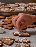 Mains fraîches de préparation de biscuits de Noël Images stock