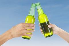 Mains grillant avec de la bière Image stock
