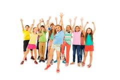 Mains heureuses d'acclamation et de hausse de beaucoup d'enfants Photographie stock libre de droits