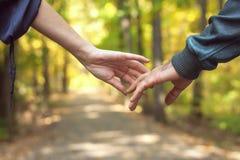 Mains heureuses de fixation de couples photo stock