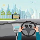 Mains humaines conduisant une voiture avec le système de navigation de généralistes dans la voiture Photo stock