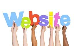 Mains humaines diverses tenant le site Web de Word photo libre de droits