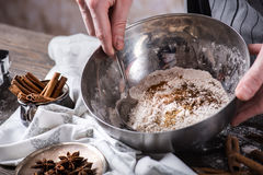 Mains humaines mélangeant des ingrédients pour faire des biscuits à la cuillère Photo stock