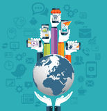 Mains humaines tenant le concept d'apps de la terre et de téléphone portable Photo stock