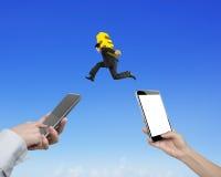 Mains humaines utilisant différents téléphones intelligents pour transférer l'argent photo stock