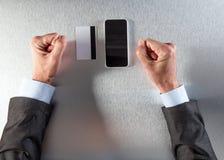 Mains impatientes d'homme d'affaires attendant ou refusant d'acheter en ligne Image libre de droits