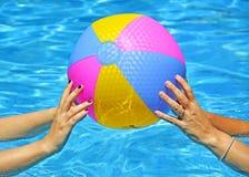 Mains jouant avec la plage colorée multi photographie stock libre de droits
