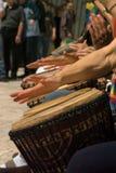 Mains jouant des tambours pendant le concert de rue Images stock
