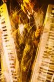 Mains jouant le clavier Tache floue de mouvement Image stock