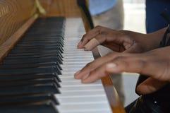 Mains jouant le piano Photos libres de droits