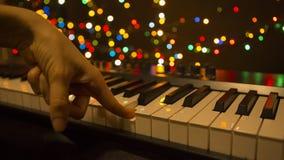Mains jouant le plan rapproché de synthétiseur, vie nocturne Instruments de musique de clavier, musique électronique images stock