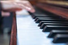 Mains jouant un piano à queue en bois de cru image libre de droits