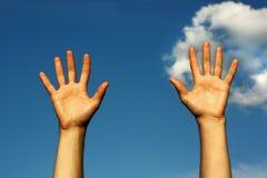 Mains jusqu'au ciel photographie stock