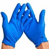 Mains mâles caucasiennes dans les gants bleus de latex. Images libres de droits