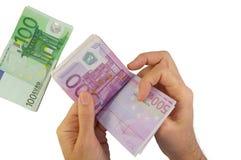 Mains mâles comptant des billets de banque Image stock