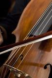 Mains mâles jouant le violoncelle Photo libre de droits