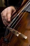 Mains mâles jouant le violoncelle Photographie stock libre de droits
