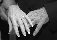 Mains mûres de mariage images libres de droits