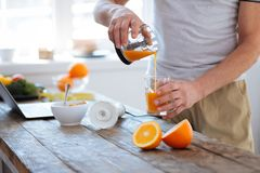 Mains masculines belles versant frais orange Image libre de droits