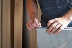 Mains masculines d'un charpentier Photographie stock