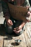 Mains masculines de mendiant cherchant l'argent sur le plancher en bois à la manière publique de chemin photographie stock