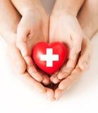 Mains masculines et femelles avec le coeur rouge Photo stock