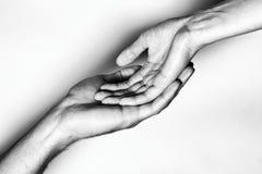 Mains masculines et femelles ensemble La photo noire et blanche Photos libres de droits