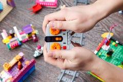 Mains masculines jugeant le jouet à télécommande Photo stock