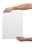 Mains masculines jugeant le papier blanc d'isolement Image stock