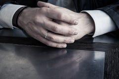 Mains masculines sur la fin de table  photos libres de droits