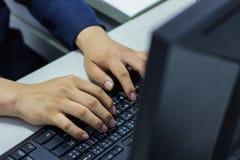 Mains masculines sur le clavier Images libres de droits