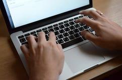 Mains masculines sur un clavier noir Travail européen sur un ordinateur photos stock