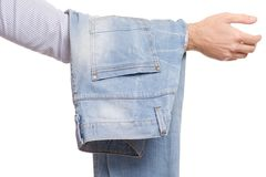 Mains masculines tenant des jeans sur des mains Photo libre de droits