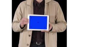 Mains masculines tenant le comprimé avec la maquette d'écran bleu, Alpha Channel banque de vidéos