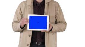 Mains masculines tenant le comprimé avec la maquette d'écran bleu sur le fond blanc clips vidéos