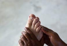 Mains massant le pied Photos libres de droits