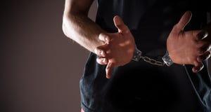 Mains menottées par homme photographie stock