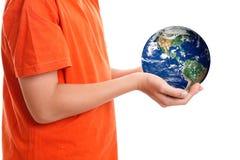 Mains mettant en forme de tasse retenant notre terre de planète photos libres de droits
