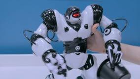 Mains mobiles de robot de humanoïde et marche autour à la future exposition clips vidéos