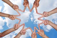 Mains montrant l'étoile sous le ciel Images libres de droits