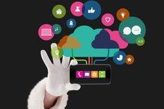 mains montrant l'application d'icônes sur l'écran d'un smartphone sur le fond noir Image stock