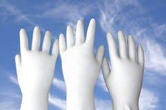 Mains moulées par blanc atteignant au ciel image stock