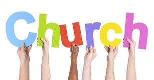 Mains multi-ethniques tenant l'église des textes image stock